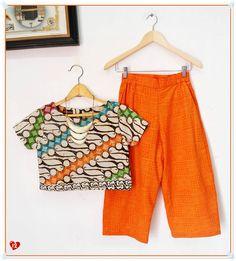 ✿ Setelan Cullote Pants Emboss ✿ Kode : A 12 Bahan : Katun Primissima proses batik cap tolet remekan kombinasi batik emboss Ukuran : SIZE M BLOUSE CROP > - Lingkar Dada : 94cm - Panjang : 44cm - Panjang Lengan : 16cm CULLOTE > - Lingkar Pinggang : Fleksible to 92cm (Karet Pinggang kanan-kiri) - Panjang : 76cm SIZE L  BLOUSE CROP > - Lingkar Dada : 96cm - Panjang : 43cm - Panjang Lengan : 16cm CULLOTE > - Lingkar Pinggang : Fleksible to 98cm (Karet Pinggang kanan-kiri) - Panjang : 77cm