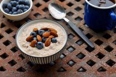 Kjøleskapsgrøt med blåbær og mandler Nom Nom, Cereal, Pudding, Breakfast, Desserts, Recipes, Food, Diet, Morning Coffee