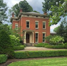 Italianate home. These types of home have a sloping roof and normally made of tone or brick. This Old House, Sims, Street House, Second Empire, English House, Architectural Features, City Architecture, Victorian Homes, Buen Dia