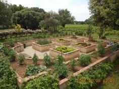 Potager surélevé de pierre. Kitchen Vegetable Garden. Edible Landscaping.