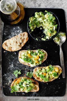 Egg and Avocado Spread   3 ugotowane jajka - boiled eggs 1/2 małego ząbka czosnku - garlic 1 dojrzałe awokado - avocado 1 łyżeczka soku z cytryny - lemon juice sól i świeżo zmielony czarny pieprz - salt and pepper  1 łyżeczka oliwy extra vergine - olive oil 3 łyżki listków kolendry (lub rzeżuchy) + do dekoracji - fresh cilantro (I haven't used it)  opcjonalnie 1 - 2 łyżeczki majonezu - mayonnaise