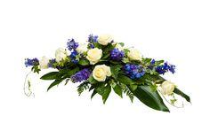 Malli No 12 - Kuvan arkkulaitteessa on valkoista ruusua ja sinistä ritarinkannusta ja koristevihreää. Hautavihkossa lisäksi koristenauha. Arkkulaitteen hinta on 150 € toimitettuna siunaustilaisuuteen.