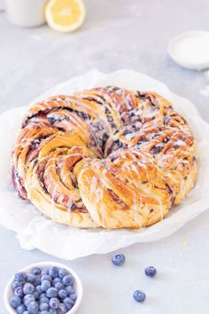 Hefekranz mit Marmelade backen Here's a recipe for a juicy, loose yeast wreath filled with jam. Keto Donuts, Baked Donuts, Donut Recipes, Meat Recipes, Chocolate Donuts, Vegetable Drinks, Healthy Eating Tips, Mets, Sweet Bread