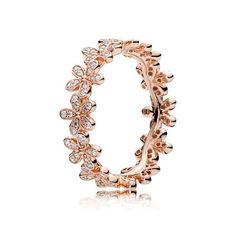 PANDORA | Dazzling Daisy Band | En fin handbearbetad PANDORA Rose-ring i en feminint skimrande rosé-färg med ett band av daisy-blommor som skrimrar med glittrande kubisk zirkonia. Bär den tillsammans med andra blomster-inpirerade ringar för att skapa en trendig look.