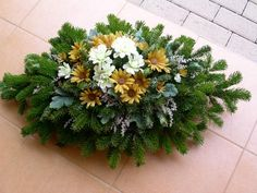 Na dusicky... Funeral Flower Arrangements, Funeral Flowers, Christmas Holidays, Christmas Crafts, Christmas Tree, Funeral Sprays, Grave Decorations, Cemetery Flowers, Arte Floral
