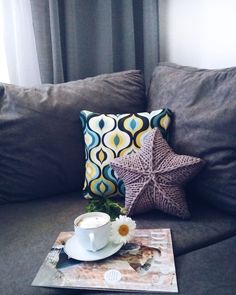 Подушка-звезда из трикотажного шнура Throw Pillows, Knitting, Handmade, Toss Pillows, Hand Made, Cushions, Tricot, Breien, Decorative Pillows