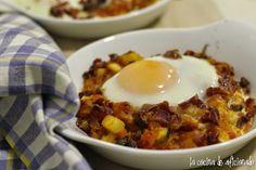 Huevos al plato con sofrito de verduras y jamón