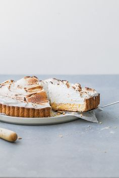 Whole lemon meringue tart: an easy sweet short pastry, tart and creamy whole lemon filling, topped with torched Italian meringue. Short Pastry, Lemon Meringue Tart, Honey Chocolate, Banoffee Pie, Lemon Filling, Beautiful Desserts, Sweet Pastries, Vegan Dessert Recipes, Sweet Desserts