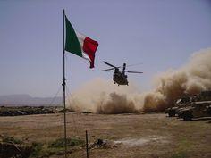 Bala Morghab - Afghanistan Elicottero CH 47 in atterraggio nella base avanzata italo americana Columbus.