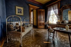 A Victorian Mansion Up For Sale Is Considered One of America's Most Haunted Houses Victorian House Interiors, Victorian Homes, Vintage Interiors, Haunted Houses In America, Horror House, Mansions For Sale, Kids Room, Indoor, House Design