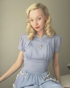 Vintage Hairstyles Perfect blue for a way too work busy summers day ✨ Vintage Outfits, Retro Outfits, Vintage Dresses, Cute Outfits, 1940s Fashion, Vintage Fashion, Mode Pin Up, 40s Mode, 1940s Dresses