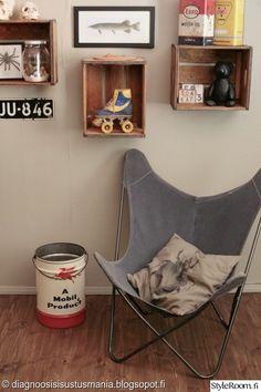Dgsisustusmania käyttää lastenhuoneessa puulaatikoita seinähyllyinä. #kodinsisustus #diy #lastenhuone #lepakkotuoli #puulaatikko