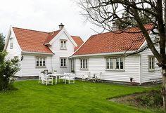 SE NORGES VAKRESTE HJEM 2010 | Helene Helgesen er vinneren av Norges vakreste hjem 2010. Det gamle huset var i dårlig forfatning da Helene og Vegard tok over. Etter mange timers iherdig innsats, er det i dag en restaurert drøm, med påbygg i samme stil. Bjørnstjerne Bjørnson, en statsminister og frøken Jæger har fylt det gamle huset i Bergen med verdifull historie. Da Helene og Vegard overtok, fikk minnene om fortiden bli med.