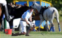 Prins Harry valt van paard, still looking good >>