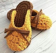 This Pin was discovered by Tra Tongs Crochet, Crochet Diy, Crochet Woman, Crochet Crafts, Crochet Projects, Crochet Sandals, Crochet Boots, Crochet Purses, Crochet Slippers