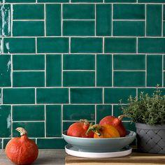 Loft Kitchen, Green Kitchen, Kitchen Tiles, Home Decor Kitchen, New Kitchen, Kitchen Design, Kitchen Board, Cooker Splashbacks, Houses