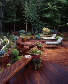 terrasse en bois ou composite, terrasse moderne tout près de la forêt