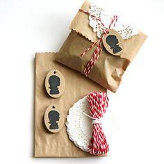 Packaging con bolsas de papel marrones, blondas y un poco de baker's twine, precioso!