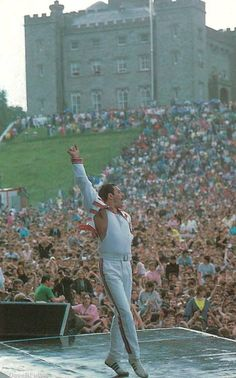 Freddy Mercury playing Slane Castle, Ireland in 1986 Queen Freddie Mercury, Freddie Mercury Quotes, Rock And Roll, Pop Rock, Hard Rock, Brian May, John Deacon, Elvis Presley, Rock Bands