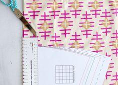 Tipps für Nähanfänger - Nähen lernen mit farbenmix. Heute geht es um den Stoffzuschnitt. Wie lege ich das Schnittmuster auf, was ist ein Stoffbruch, wieviel Nahtzugabe benötige ich? Sewing Hacks, Office Supplies, Notebook, Bullet Journal, Sewing Patterns, Tutorials, Ideas, Color Mixing, Random Stuff