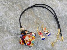 Parure in vetro di Murano con pendente rombo bombato ed orecchini rettangolari, laccio in cotone nero.   Collana dai colori sgargianti. Un insieme di tinte festose ed accese, inserite su una foglia d'oro.