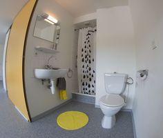 Exemple d'une salle de bain d'un studio double, avec douche, lavabo et WC. Project Ideas, Projects, Maurice, Toilet, Cabinet, Bathroom, Studio, Storage, Furniture