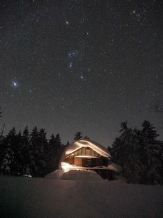 【尾瀬沼山荘とオリオン座】尾瀬の冬の夜空はとても幻想的です。無数の星々が夜空を埋め尽くし雪に覆われた尾瀬に輝いています。山小屋の頭上に輝くオリオン座、写真から見えるでしょうか。 http://twme.jp/TEPC/00v0