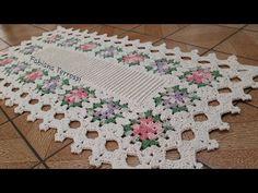 "Meus trabalhos em crochê """"""TAPETE FABI """"""com squares simples. - YouTube Crochet Table Mat, Crochet Blocks, Crochet Tablecloth, Crochet Blanket Patterns, Crochet Doilies, Crochet Flowers, Crochet Stitches, Wiggly Crochet, Free Crochet"