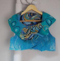 Купить или заказать Жилет 'Под небом голубым...' в интернет-магазине на Ярмарке Мастеров. Жилет из шерсти и шелка. Тонкий, легкий, теплый, яркий. Весит 120 граммов. Застегивается на декоративную булавку. Рисунок с домиками на верхнем фото - это фрагмент шелкового павловопосадского платка, приваляный к шерсти. Техника называется нуно-войлок (шерсть + ткань, в данном случае шелк). Рисунок с обратной стороны ( на третьей фотографии) сделан шерстью, шифоном и мохеровой пряжей.…