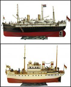 El paquebote Viena (arriba) y un torpedero. Ambas maquetas forman parte de 'Barcos para soñar', una exposición de barcos de juguete antiguos, fabricados a principios del siglo XX por la casa alemana Marklin, una de las mejores casas de juguetes del mundo. La exposición se podrá visitar en el Museo Naval de Madrid.
