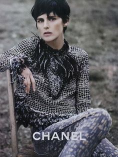 Stella Tennant signs an exclusive contract with Chanel.