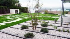 7 beautiful DIY garden paths that you can create in one day Garden Stones, Garden Paths, Diy Garden Decor, Amazing Gardens, Stepping Stones, Outdoor Gardens, Sidewalk, Create, Beautiful