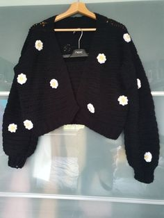 Handmade with black acrylic yarn with daisy details Teen Fashion Outfits, Retro Outfits, Cute Casual Outfits, Crochet Clothes, Diy Clothes, Ropa Color Pastel, Cute Crochet, Crochet Crop Top, Crochet Crafts