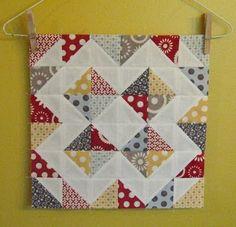 A veces aprovechamos restos de telas que solo dan para hacer un bloque. Mirad que cojín más bonito aprovechando restos.