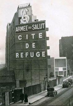 """La cité-refuge de l'Armée du Salut, connue à l'époque comme le """"Refuge Singer-Polignac"""", au n° 12 de la rue Cantagrel, construite en 1930 par Le Corbusier. Une photo de 1933  (Paris 13ème)"""