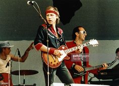 WEMBLEY Photo of Mark KNOPFLER and DIRE STRAITS and LIVE AID and Jack SONNI, Mark Knopfler (playing Gibson Les Paul guitar) and Jack Sonni performing live onstage at Live Aid