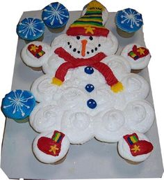Snowman cupcake cake I love the colors used for the scarf, hat, mitts and boots. Christmas Goodies, Christmas Treats, All Things Christmas, Christmas Fun, Holiday Fun, Snowman Cake, Snowman Cupcakes, Holiday Cupcakes, Snowmen