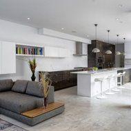 This contemporary house design features spacious and calming living spaces Patio Interior, Kitchen Interior, Casa Loft, Interior Minimalista, Küchen Design, Design Ideas, Floor Design, Couch Design, Layout Design