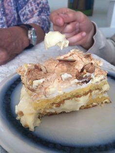 Verdensbeste kake er like god glutenfri! Var i bursdag hos moren min i går, og hun hadde laget «verdensbeste» glutenfri. Her er oppskriften: 150 g sukker 150 g smør 6 ss melk 150 g glutenfri Semper Mix 1,5 ts bakepulver 1,5 ts vaniljesukker 6 eggeplommer Marengs: 250 g sukker 6 eggehviter Hakkede mandler Fyll: Vaniljekrem … Norwegian Food, Norwegian Recipes, Recipe Boards, Tiramisu, Fries, Food And Drink, Gluten Free, Keto, Sweets