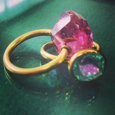 パライバにピンクが映り込んでウォータメロントルマリンのように。 #gem#stone#jewelry#bijou#bijoux#nature#miracle#pink#tourmaline#etsukosonobe#art#ring#bague#paraiba#paraibatourmaline#yellowgold#22k