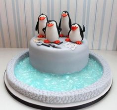Madagascar Cake - like the actual penguins on this for a Christmas cake Pretty Cakes, Cute Cakes, Madagascar Cake, Penguin Cakes, Bolo Cake, Animal Cakes, Novelty Cakes, Fancy Cakes, Fondant Cakes