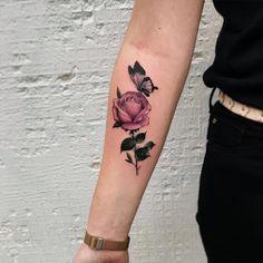 """7,103 curtidas, 46 comentários - Tattoo2us ⚓️ (@tattoo2us) no Instagram: """"Rosinha e borboleta feitas por @chrisstockings  O que achou?"""""""