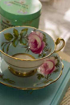Adoro le rose amo ritrovarmele dappertutto in una tazzina ,un piumino ,un vaso.