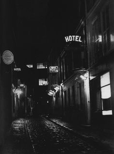 Brassaï - Les hôtels du boulevard de Clichy, Paris, 1933