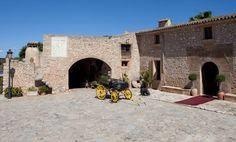 Hotel Sa Bassa Rotja, el tranquilo ambiente medieval de un establecimiento rural ubicado en un edificio del siglo XIII pero con comodidades de 4 estrellas.