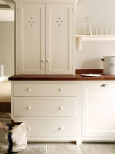 The Wymeswold Shaker Kitchen by deVOL - This beautifully simple kitchen is part of a restoration project in a country manor house. We love the use of our closed shaker counter top cupboard, its the perfect space to store all of your kitchen bits and bobs. Shaker Kitchen, Kitchen And Bath, New Kitchen, Kitchen Ideas, Barn Kitchen, Kitchen Black, Modern Farmhouse, Fresh Farmhouse, Modern Country