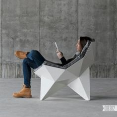 Les designers Zbroy Svyatoslav et Dmitry Bulgakov, de l'agence ODESD2 basée en Ukraine, ont créé le Q1 lounge chair. Ils se sont inspirés de la structure sphérique de Richard Buckminster Fuller, servant à construire des dômes géodésiques. La Q1 lounge chair peut résister à de lourde charge tout en étant légère et visuellement agréable. L'intérieur de la chaise est tapissée d'une matière synthétique respectueuse de l'environnement, capable de conserver sa forme.