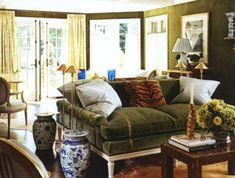 dream sitting room: Love deep green sofas with tiger pillow with chinoiserie blue and white accents. Fabulous room by Jeffrey Bilhuber! Green Velvet Sofa, Green Sofa, Living Room Green, Green Rooms, Elegant Home Decor, Elegant Homes, Decor Interior Design, Room Interior, Country Interior