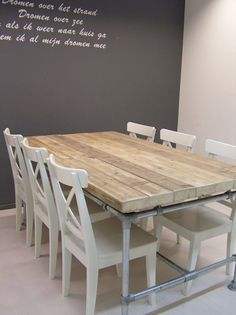 Tafel van steigerhout met poten van steigerbuizen Door debbiemook