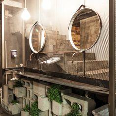 Trough for the lil piggies. Kind of like the cinder blocks. Cafe Industrial, Industrial Style, Ideas Baños, Diy Design, Rustic Design, Rustic Loft, Public Bathrooms, Toilet Design, Restaurant Interior Design